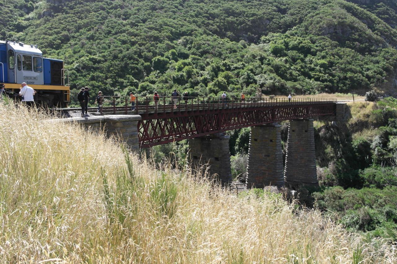 Als Special Feature wurde auf der Strecke vor einer Brücke angehalten und alle Passagiere durften die Brücke zu Fuß überqueren! Der Zug ist dann hinterher gefahren.