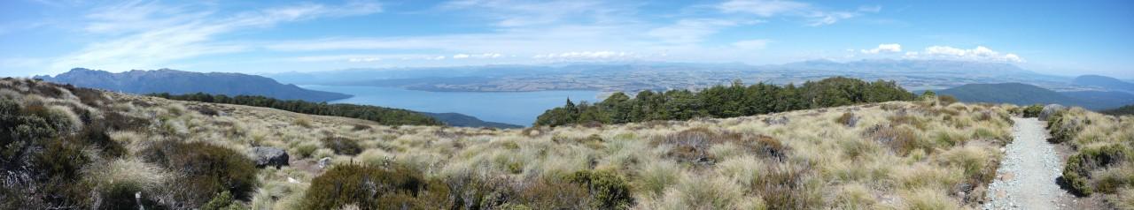 Auf der anderen Seite der Berge liegt Lake Te Anau.