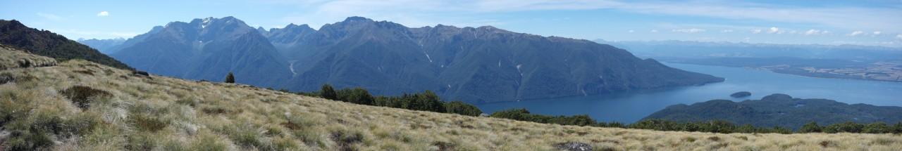Und ein wenig mehr nach links. Der Lake Te Anau schneidet sich sehr tief ins Gebirge ein.