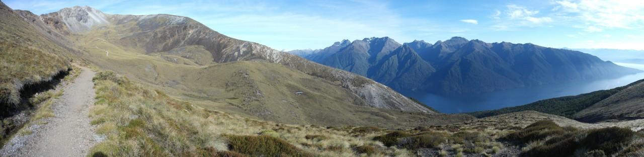 Der Weg schlängelt sich am Mount Luxmore (links) entlang.