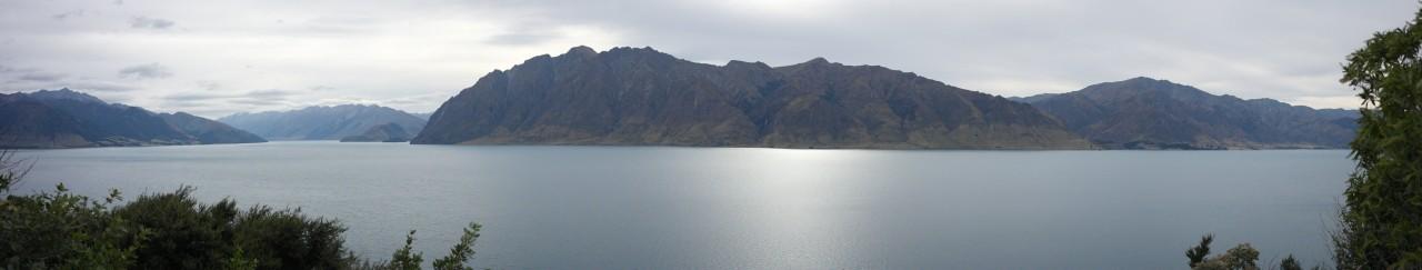 Lake Hawea ist kahl auf dem gegenüberliegenden Ufer...