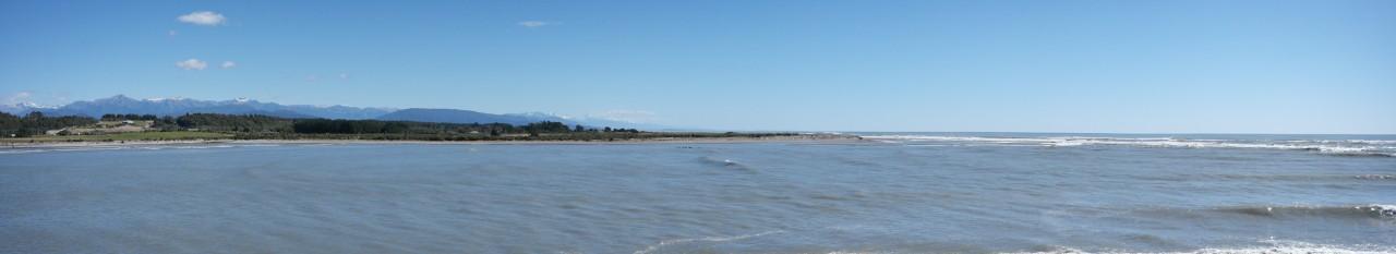 Die Alpen und das Meer vom Strand in Hoitika.