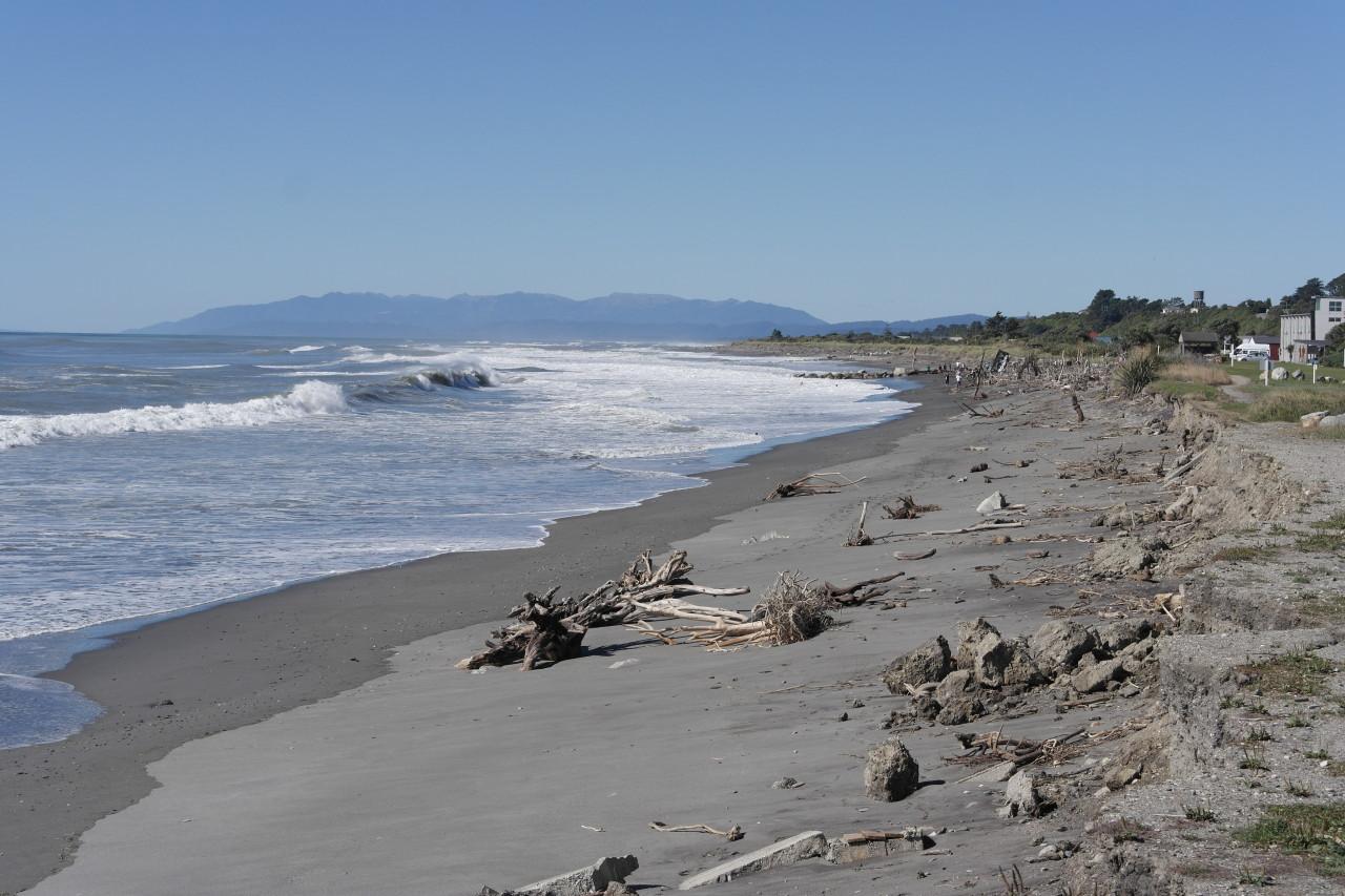Niemand geht an diesem Strand baden. Dafür haben Künstler aus dem Treibgut Skulpturen gebastelt und in den Sand gestellt.
