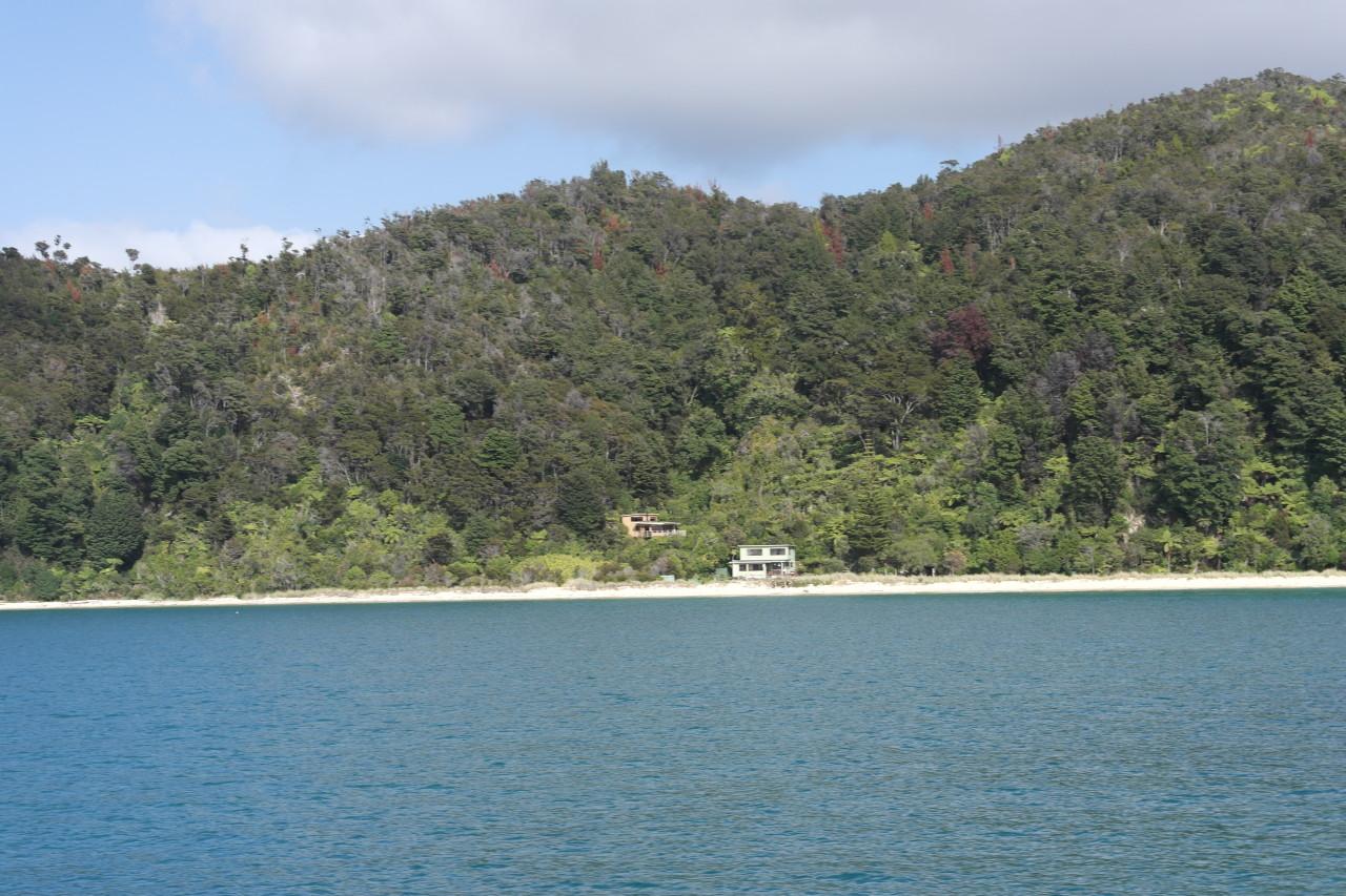 Es gibt einige wenige private Ferienhäuser im Nationalpark, die schon vor der Errichtung des Parks hier standen.