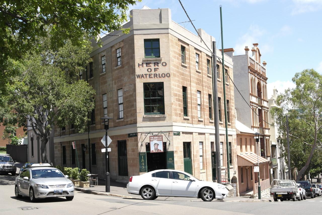 """Das ist das alte Waterloo Hotel in den """"Rocks"""". Hier wurde armen Ahnungslosen zur Anfangszeit Sydneys (um 1800) Alkohol ausgegeben, nur um dann im völlig besoffenen Zustand in den Keller geworfen zu werden. Am nächsten Tag sind die dann auf einem Schiff mitten auf dem Ozean aufgewacht, zwangsrekrutiert und ohne Chance auf baldige Rückkehr."""
